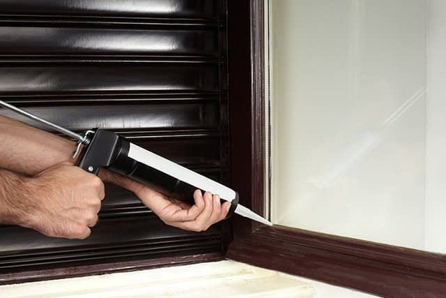 How to apply silicone sealer to avoid windows infiltration